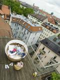 Familie entspannt auf der Terrasse