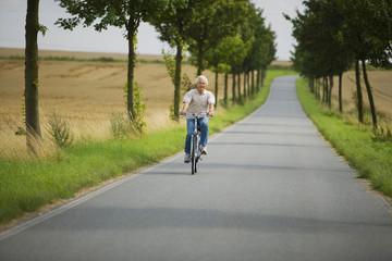 Älterer Mann beim Radfahren auf der Straße