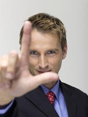 Junger Unternehmer, Geste mit zwei Fingern, Portrait