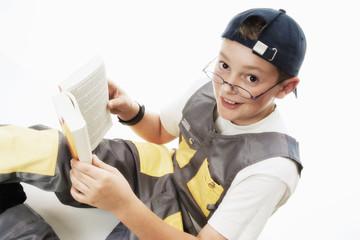 Junge hält Buch, Lesen