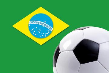 Fußball vor brasilianischer Flagge