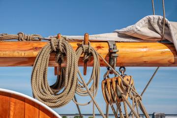 Masten und Taue eines großen Segelschiffes