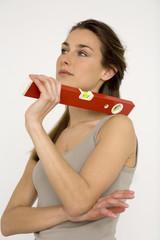 Junge Frau mit roten Wasserwaage, Nahaufnahme