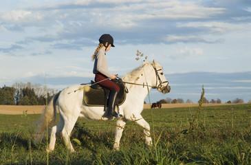 Mädchen reitet Pony