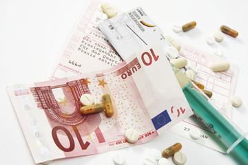 Zehn-Euro-Schein und Pillen auf Überweisungsschein