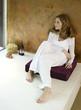 Frau sitzt auf Kissen Wegschauen, erhöhte Ansicht