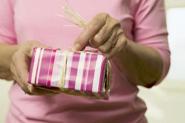 Frau mit Geschenk-Box, Nahaufnahme