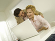 Junges Paar mit Laptop, lächelnd