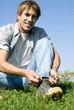 Erwachsener Mann bindet Schuh, Portrait, Nahaufnahme