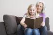Großmutter und Enkelin lesen gemeinsam