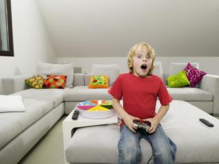 Junge spielt Computerspiel