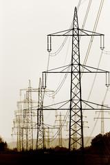 Strommasten und Stromleitungen