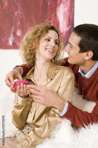 Mann überreicht Weihnachtsgeschenk an seine Frau