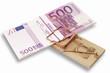 Mausefalle mit einem Bündel von Banknoten, fünfhundert Euro-Banknoten