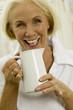 Ältere Frau trinkt Milch, Nahaufnahme, Portrait