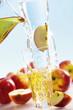 Apfelsaft ins Glas