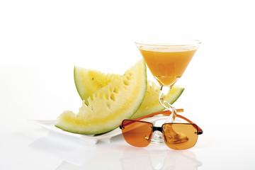 Geschnittene Melone, Sonnenbrille und Getränk Nahaufnahme