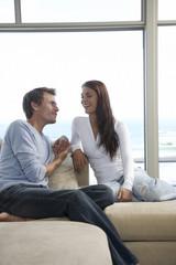 Paar sitzt auf Sofa