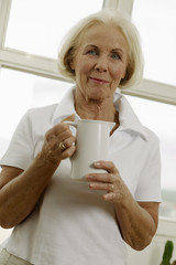 Seniorin mit Krug, Portrait