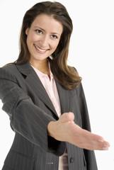 Frau schüttelt Hand