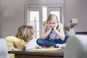 Junge und Mädchen spielen zusammen