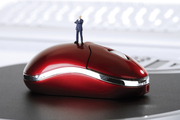 Figur steht auf PC-Maus