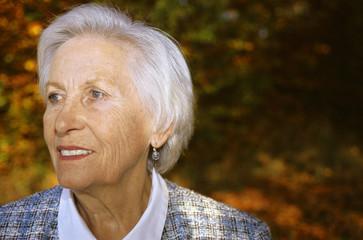 Ältere Frau, Wegsehen, Lächeln, close up