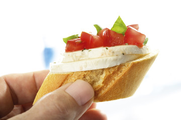 Bruschetta mit Mozzarella und Tomaten