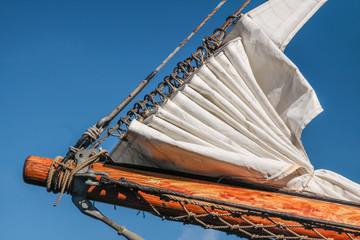 Bugsprit und gereffte Segel eines großen Segelschiffes
