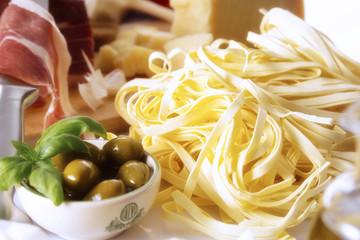 Frische Tagliatelle, Parma Schinken und grünen Oliven