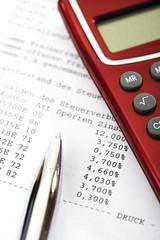 Freistellungsauftrag für Kapitalerträge, Taschenrechner und Kugelschreiber, Nahaufnahme