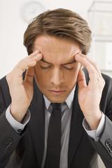 Geschäftsmann hat Kopfschmerzen, Stress