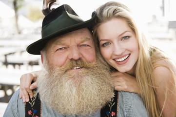 Deutschland, Bayern, Oberbayern, Älterer Mann und junge Frau, Lächeln, Portrait, Nahaufnahme