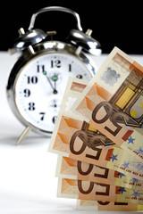 Wecker und Euro-Noten