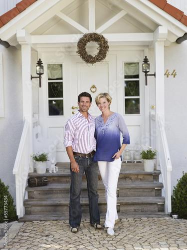 Paar ateht vor dem Eigenheim
