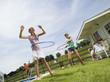 Familie im Garten, Spiel mit Hula-Hoop-Reifen