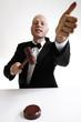 Mann mit Hammer des Auktionators