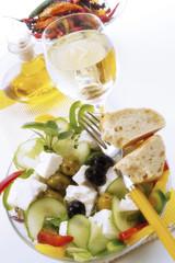 Griechischer Salat und Weißwein, erhöhte Ansicht