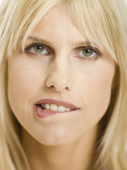 Frau beisst sich auf die Lippen, Portrait