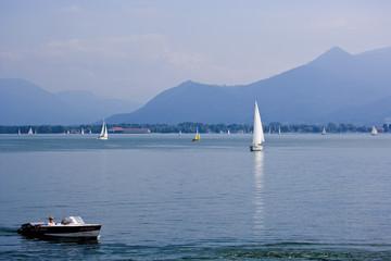 Deutschland, Bayern, Segelboote und Boote auf dem Chiemsee