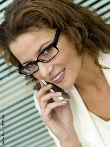 Geschäftsfrau mit Handy, Nahaufnahme