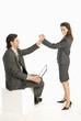 Business-Kollegen geben High Five, lächelnd, Seitenansicht