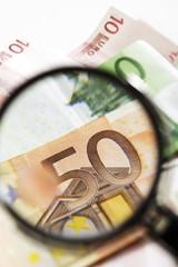 Euro-Banknoten unter Lupe, Nahaufnahme
