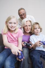 Großeltern und Enkel beim Video-Spielen, Portrait