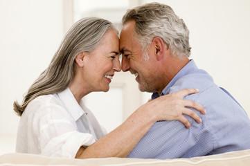 Älteres Ehepaar Nasen reiben zusammen, lächelnd, Nahaufnahme