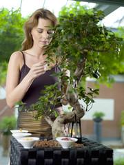 Frau mit Gewürzen in Schüssel im Garten
