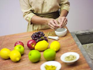 Frau in der Küche mit Obst