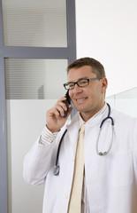 Arzt mit Handy