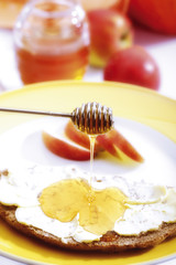 Scheibe Brot mit Honig und Äpfeln