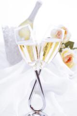 Champagnergläser und Flasche